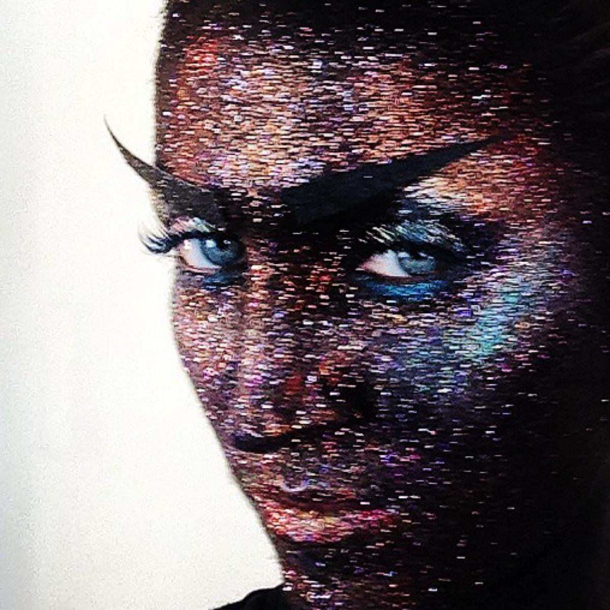 """How to do the """"Wall of Glitter"""" makeup"""